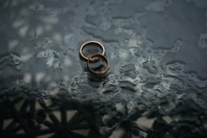 wedding bands representing divorce